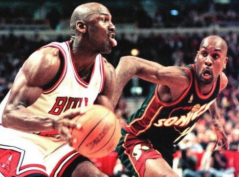Michael Jordan of the Chicago Bulls (L) looks to m